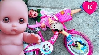 getlinkyoutube.com-Дочки матери Бабушка УПАЛА С ВЕЛОСИПЕДА Мультик с куклой