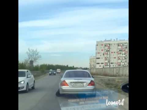 В Челябинске очевидцы сняли на видео Mercedes с болтающимся колесом