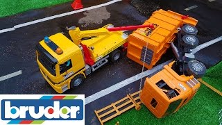 getlinkyoutube.com-BRUDER toys garbage truck CRASH!