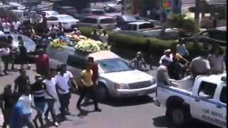 getlinkyoutube.com-Lágrimas, tiros, bombas, alcohol y hasta drogas en entierro Monkey Black