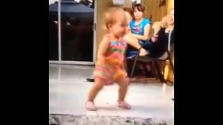 getlinkyoutube.com-Hoje é Sexta Feira Bebezinha Dançando