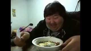 getlinkyoutube.com-Fetter Mann lacht über Essen