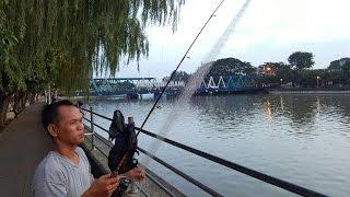 getlinkyoutube.com-Pak Didi pemancing unik mancing jaring sungai Cisadane Tangerang