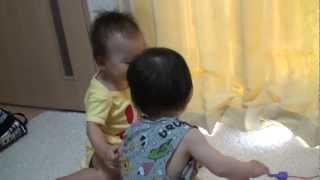 getlinkyoutube.com-双子がけんか おしゃぶり取り合い合戦 喧嘩 可愛い TWINS 0歳 しゃべる双子