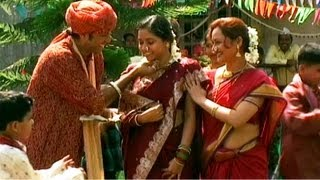 getlinkyoutube.com-Lagnapatrika Dhyaa Paavhan - Marathi Marriage Video Song - Navrilaa Sonyaani Madhvayancha