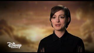 getlinkyoutube.com-Alice Attraverso Lo Specchio - Anne Hathaway (La Regina Bianca) racconta il film