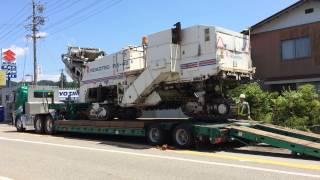 UDクオン重機トレーラーに道路掘削機械を積み込み作業