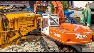 getlinkyoutube.com-RC construction machine in 1:8 scale! Excavator Atlas and rock crusher in action!