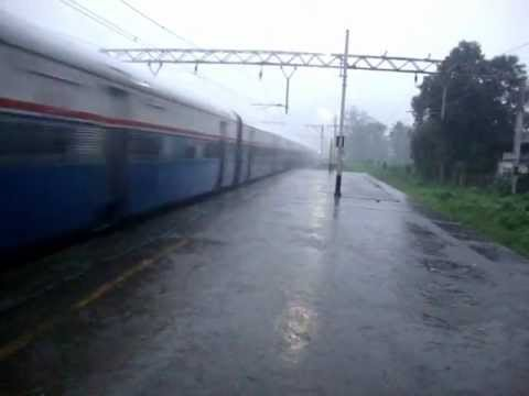 Indian Railways..WDP4 hauled Koyna express blasts through Neral in very heavy rains