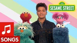 getlinkyoutube.com-Sesame Street: Bruno Mars: Don't Give Up