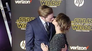 "getlinkyoutube.com-Sarah Hyland & Dominic Sherwood ""Star Wars The Force Awakens"" World Premiere"