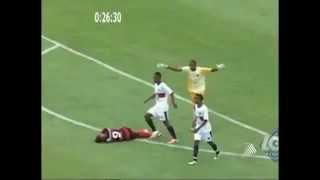 getlinkyoutube.com-لاعب يواجه الموت ركلاً بالأقدام داخل الملعب
