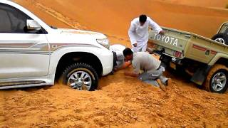 getlinkyoutube.com-Toyota Land Cruiser stuck in desert sand