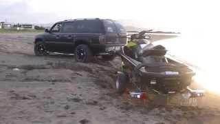 getlinkyoutube.com-Car Sand Stuck Toyota Landcruiser ランクル100 Chevrolet Suburban サバーバン NV350キャラバン 砂浜 スタック 脱出