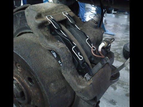 Где у Mercedes-Benz V передние тормозные колодки