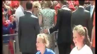 getlinkyoutube.com-فيديو يوثق للحظات تحرش سياسي هولندي بملكة هولندا أمام الملأ
