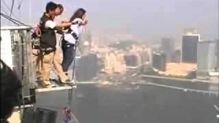 getlinkyoutube.com-بنت تقفز من اعلى الابراج في العالم
