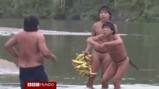 getlinkyoutube.com-Extraordinario primer contacto de indígenas aislados del Amazonas - BBC Mundo