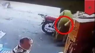getlinkyoutube.com-رجل مشرد يقرص سيدة في مؤخرتها فتوجه له الأخيرة الضربة القاضية