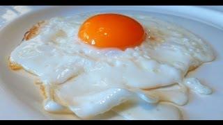 getlinkyoutube.com-Идеальный способ приготовить классическую яичницу-глазунью (солнечной стороной вверх)