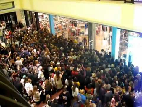 Black Friday 2011 - Crowd Rushes into Urban Outfitters