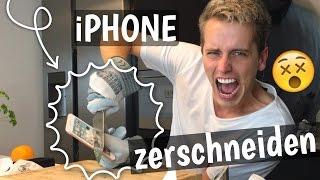 getlinkyoutube.com-Das schärfste Messer  - ich ZERSCHNEIDE ein iPHONE !! 😱  | Julienco