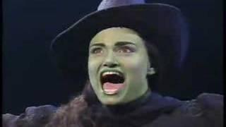 getlinkyoutube.com-Idina Menzel Sings Defying Gravity on the Late Show