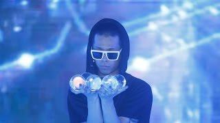 getlinkyoutube.com-Crystal ball performance (Contact Juggling Amazing Performer)