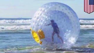 """getlinkyoutube.com-Mężczyzna próbuje """"przebiec"""" ocean w dmuchanej kuli."""