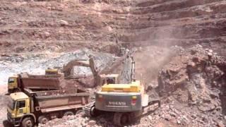 getlinkyoutube.com-Excavadoras Volvo EC700BL Y CAT 336D Carguio Tajo.