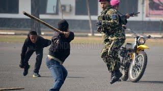 getlinkyoutube.com-Marinir ini mampu robohkan 5 Preman sendirian. (Demonstrasi beladiri Militer)