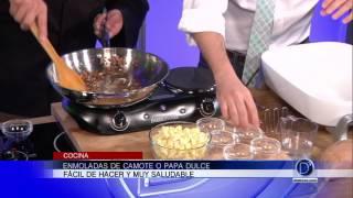 Eddie Garza prepara unas deliciosas Enmoladas de Camote