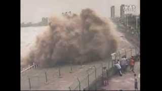 getlinkyoutube.com-Grupo é atingido por 'onda surpresa' enquanto observava fenômeno em rio