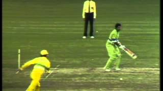 getlinkyoutube.com-Javed Miandad fights with Australia after LBW