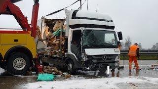 A7 mehrere Stunden gesperrt - LKW-Unfall - Stauende übersehen (09.12.2013)