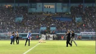 Yuli Sumpil Pimpin Seluruh Aremania di Stadion Kanjuruhan