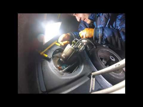 Как снять топливный насос с бака Audi