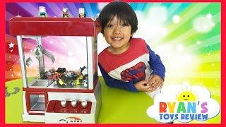 getlinkyoutube.com-Thomas and Friends Surprise Toys Challenge The Claw Arcade Crane Game Thomas Minis Kinder Egg