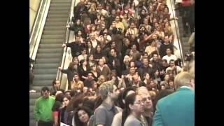 getlinkyoutube.com-گوگوش در سا ل 2000  اولین کنسرتش در لاس وگاس . صف برای گرفتن امضاء از گوگوش)1(