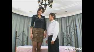 getlinkyoutube.com-kiss of tall beautifull japanese girl in mini skirt