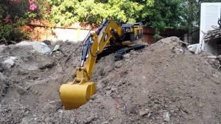 getlinkyoutube.com-CAT 390D Hydraulic RC Excavator, pile of dirt