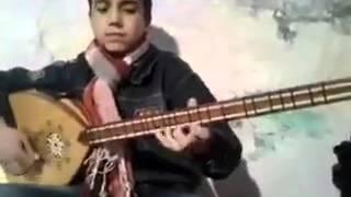 طفل محترف على آلة البزق يعزف للسيدة فيروز