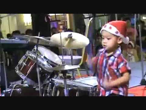 wahouh ! un jeune talent de la batterie.