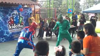 getlinkyoutube.com-Show de Spiderman y Duende Verde - Kid City Shows Infantiles