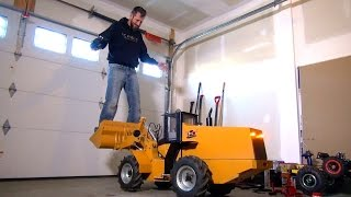 getlinkyoutube.com-RC ADVENTURES - 500lb Hydraulic RC Wheel Loader Lifts Me - 24v Electric Power