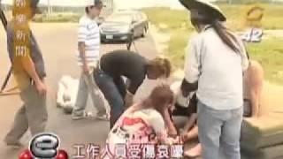 getlinkyoutube.com-娛樂新聞-2005.09.12 賀軍翔.許瑋倫(惡男宅急電)探班花絮
