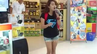 getlinkyoutube.com-Uma menina qualquer no karaokê cantando Whitney Houston