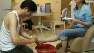 getlinkyoutube.com-大學教授幫老婆洗腳