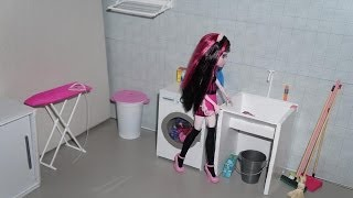 getlinkyoutube.com-Monster High Draculaura in a housecleaning day (stop-motion)