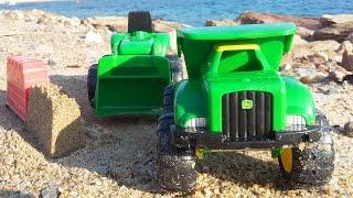 getlinkyoutube.com-Видео на пляже. Грейдер и самосвал строят замок из песка. Toys and vehicles on the beach